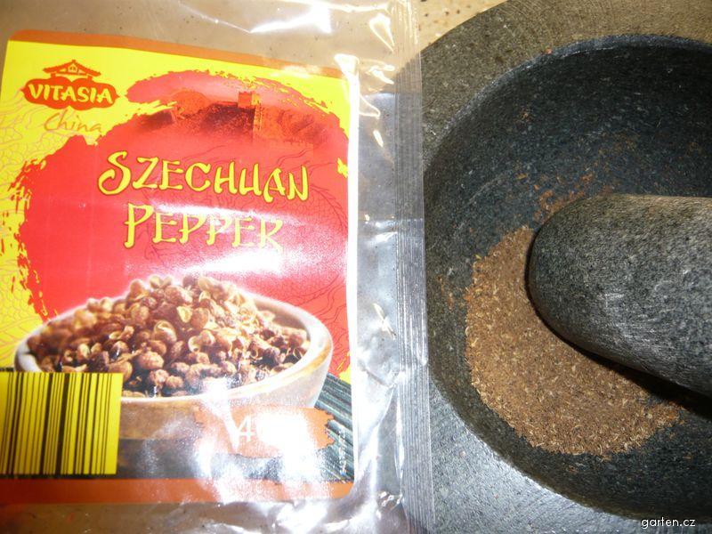 Pepř sečuánský na suché pánvi opražený a rozdrcený (Zanthoxylum piperitum)